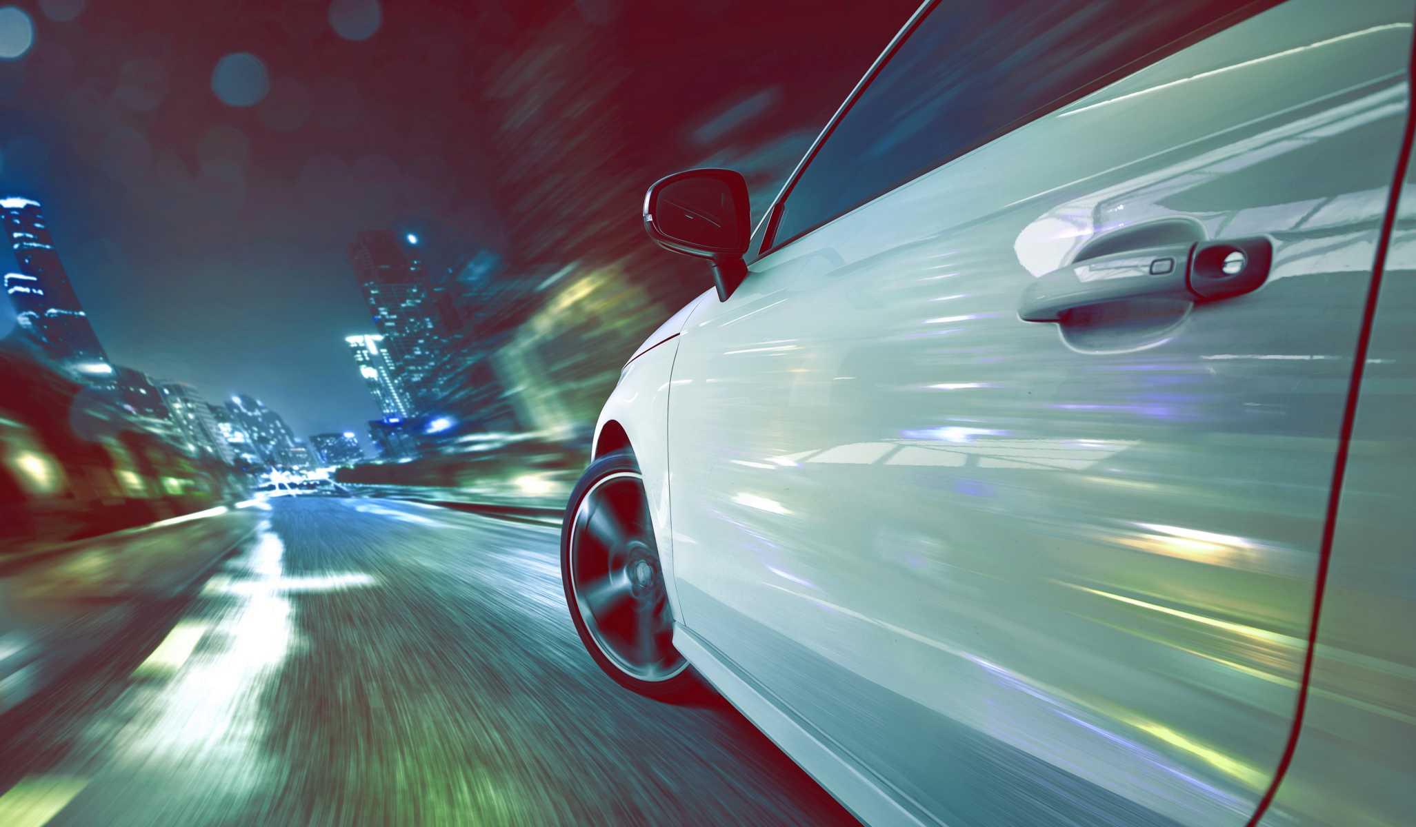 Header Strategiedialog, ein Auto bei Nacht