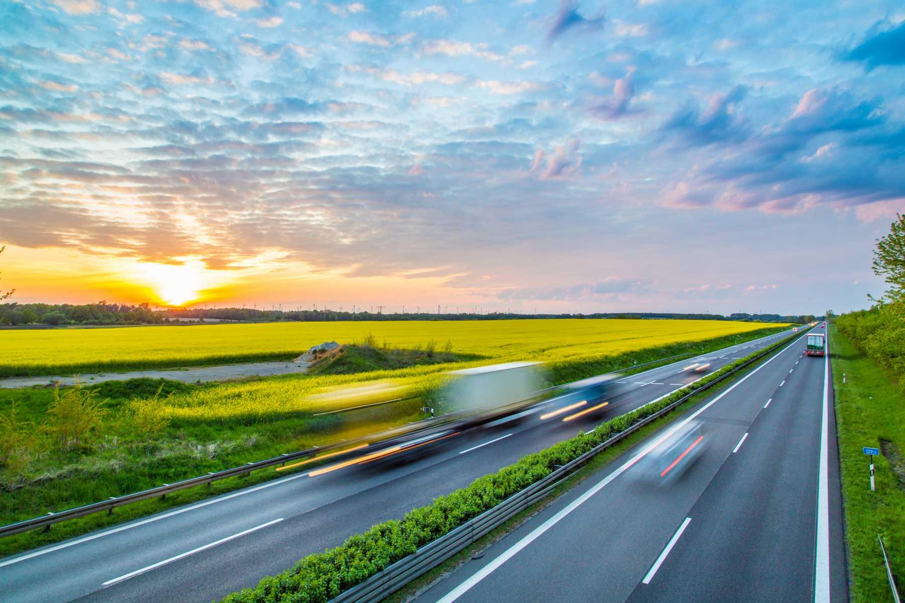 Symbolbild einer Autobahn mit Fahrzeugen