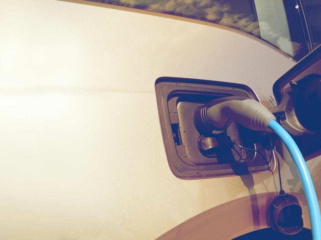 Innovatorenrunde 2 Header: Elektroauto an der Ladesäule