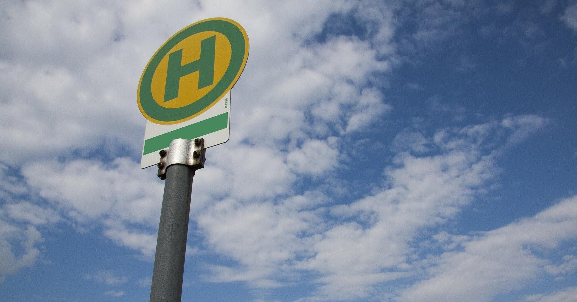 95 Millionen für ÖPNV Bushaltestelle vor blauem Himmel