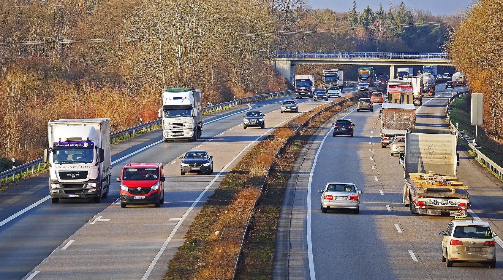 Mehr Tempo bei Umsetzung von Wasserstoffstrategie gefordert deutsche Autobahn mit Autos und Lkws