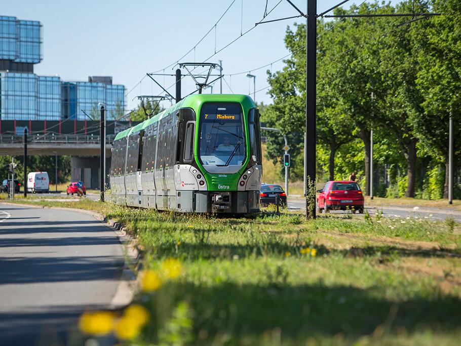 Eine Straßenbahn der ÜSTRA mit Aufschrift Misburg als Sysmbolbild für den ÖPNV