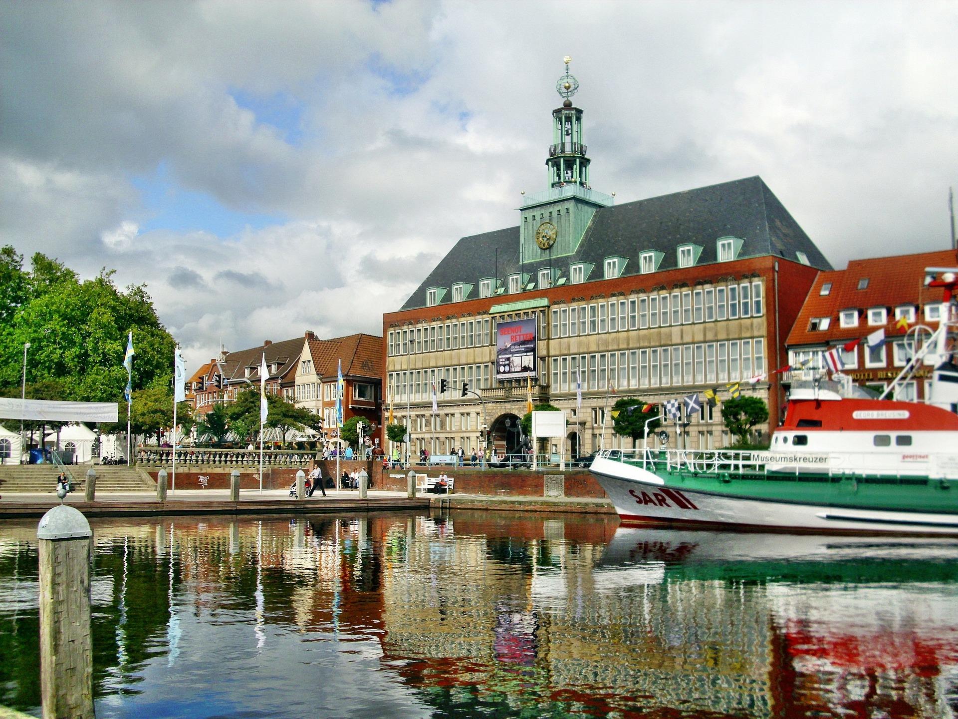 Blick auf das Rathaus in Emden