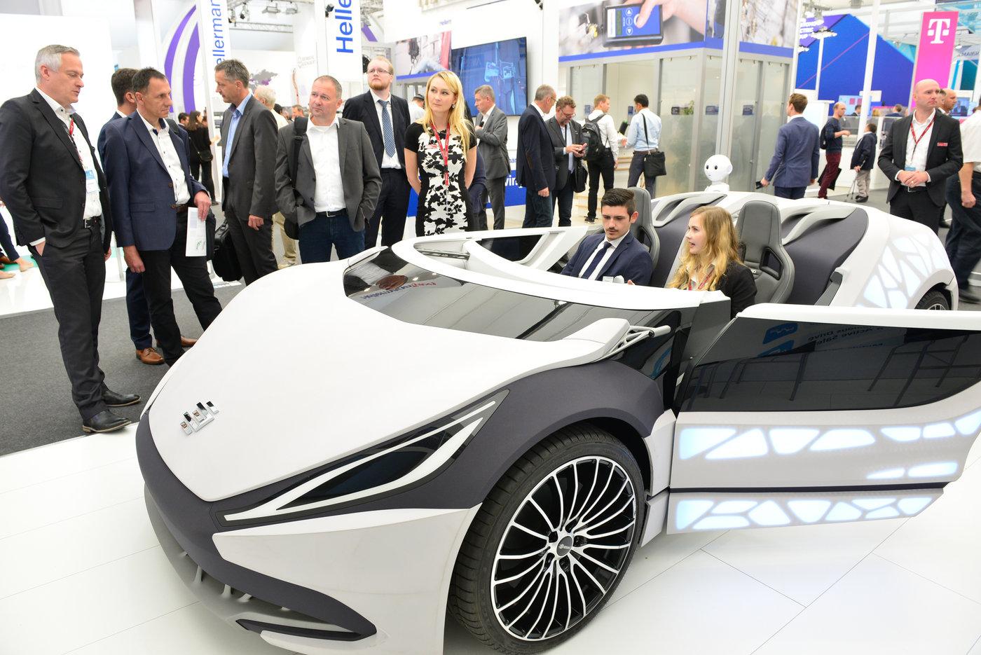 Messestand mit futuristischem Auto auf der IZB in Wolfsburg