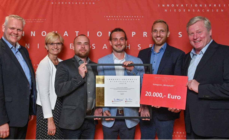 Die Minister Althsumann und Thümler mit einem Gewinnerteam beim Innovationspreis Niedersachsen 2019.