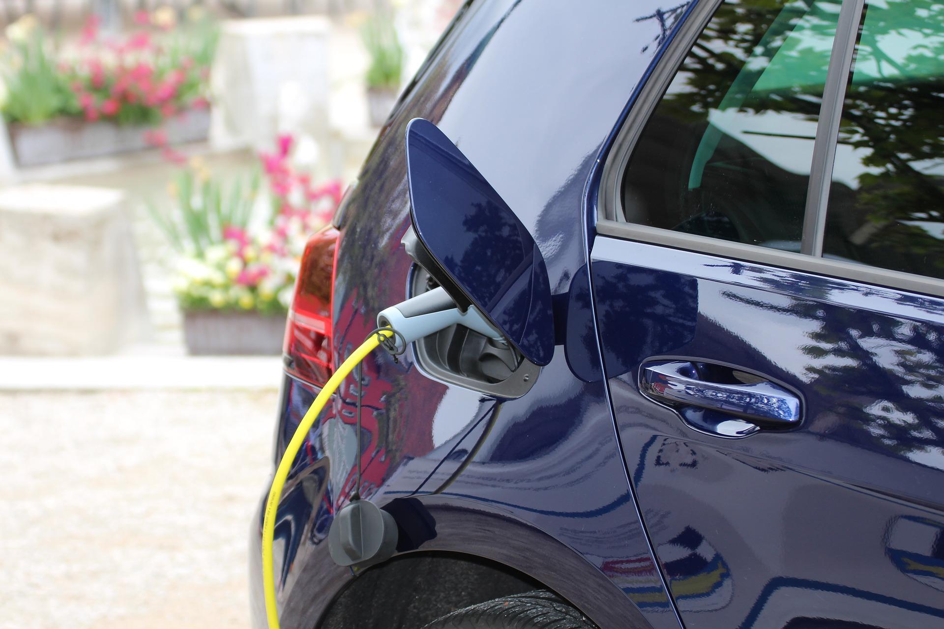 Ein Elektroauto wird über ein Ladekabel aufgeladen.