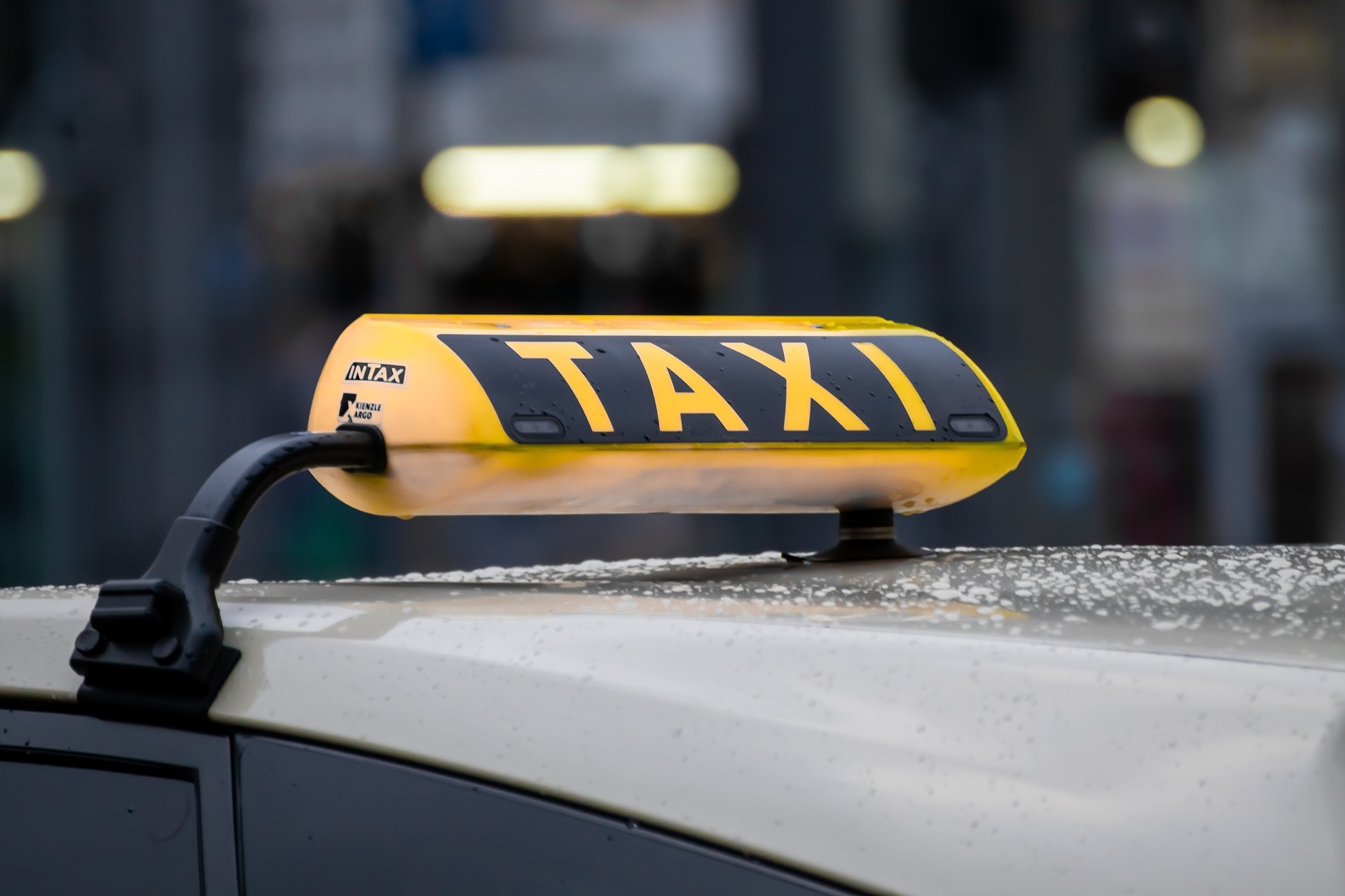Dach eines Taxis mit Taxischild