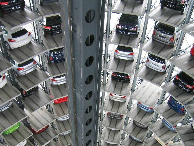 Blick ins Parkhaus der Volkswagen Fabrik mit vielen Neuwagen.