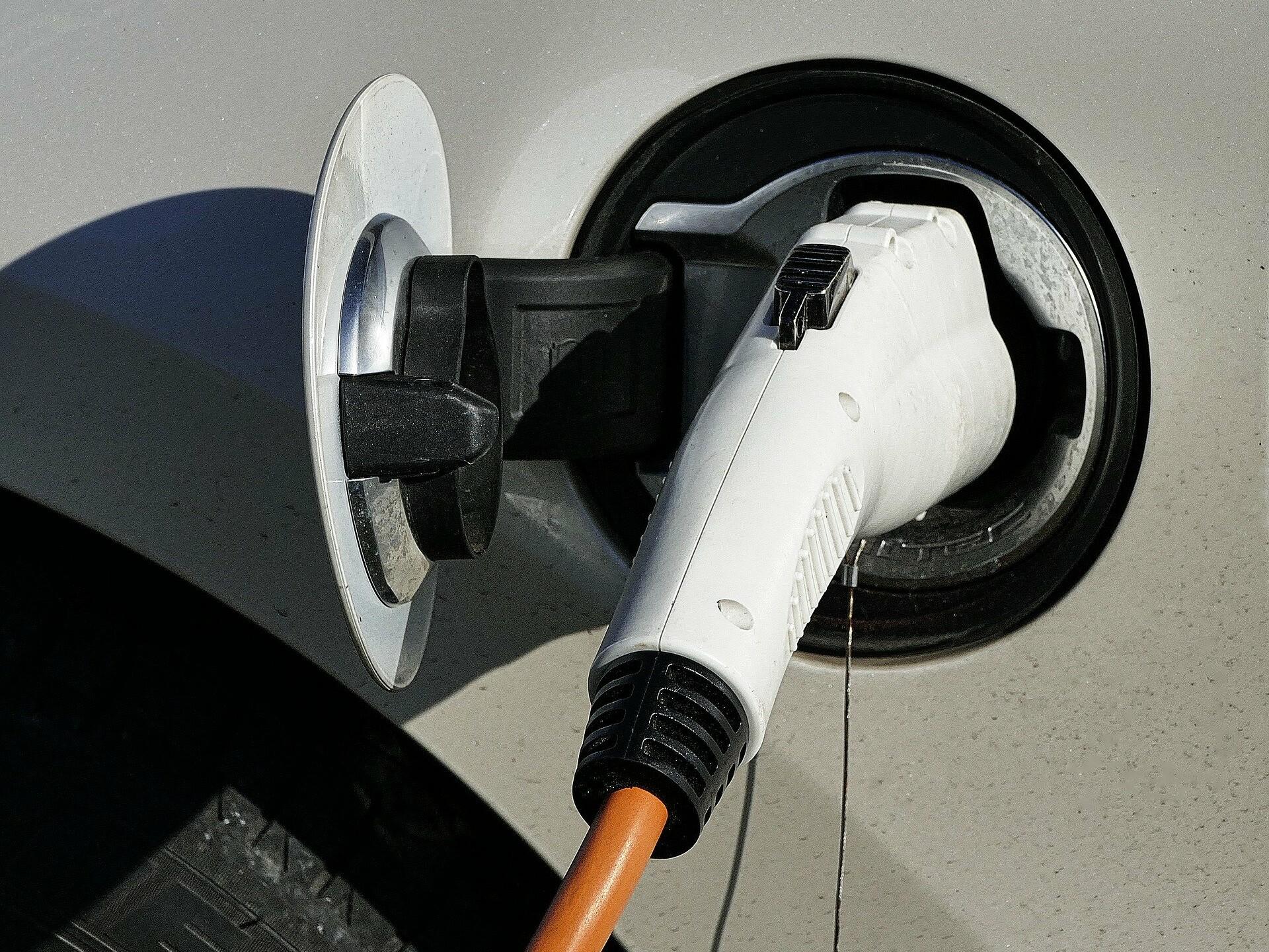 Stecker und Steckdose eines Elektroautos an einer Ladestation.
