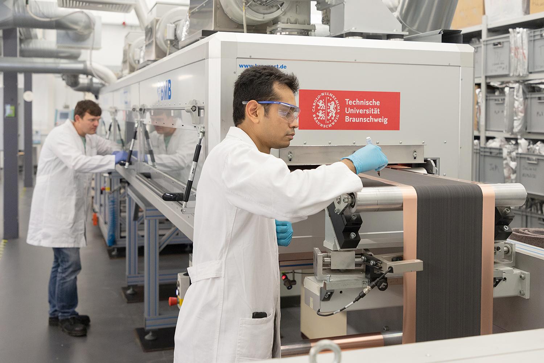 Zwei Wissenschaftler bei der Batteriezellenherstellung in der Fertigung.