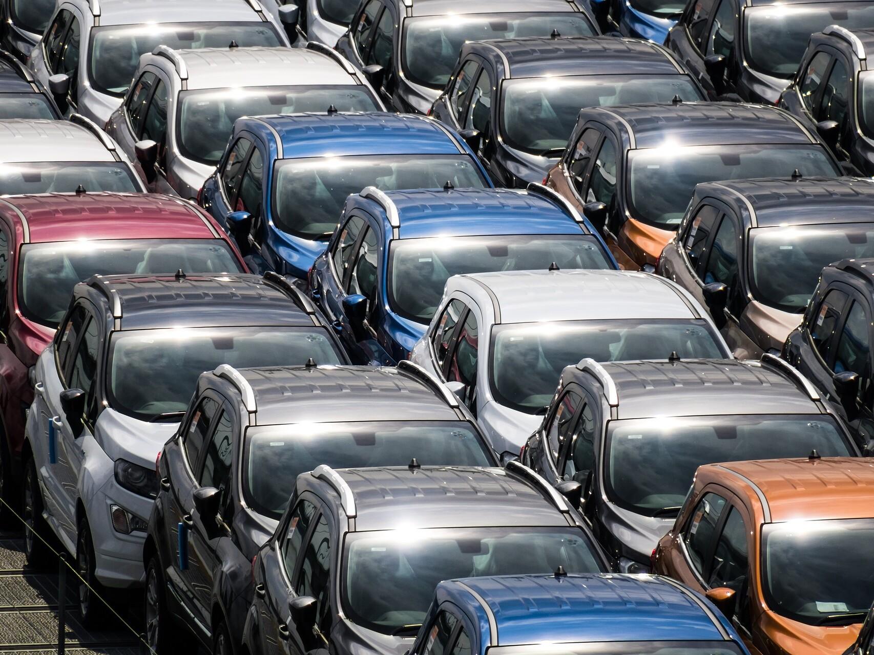 Zahlreiche Autos stehen dicht an dicht bei einem Autotransport.