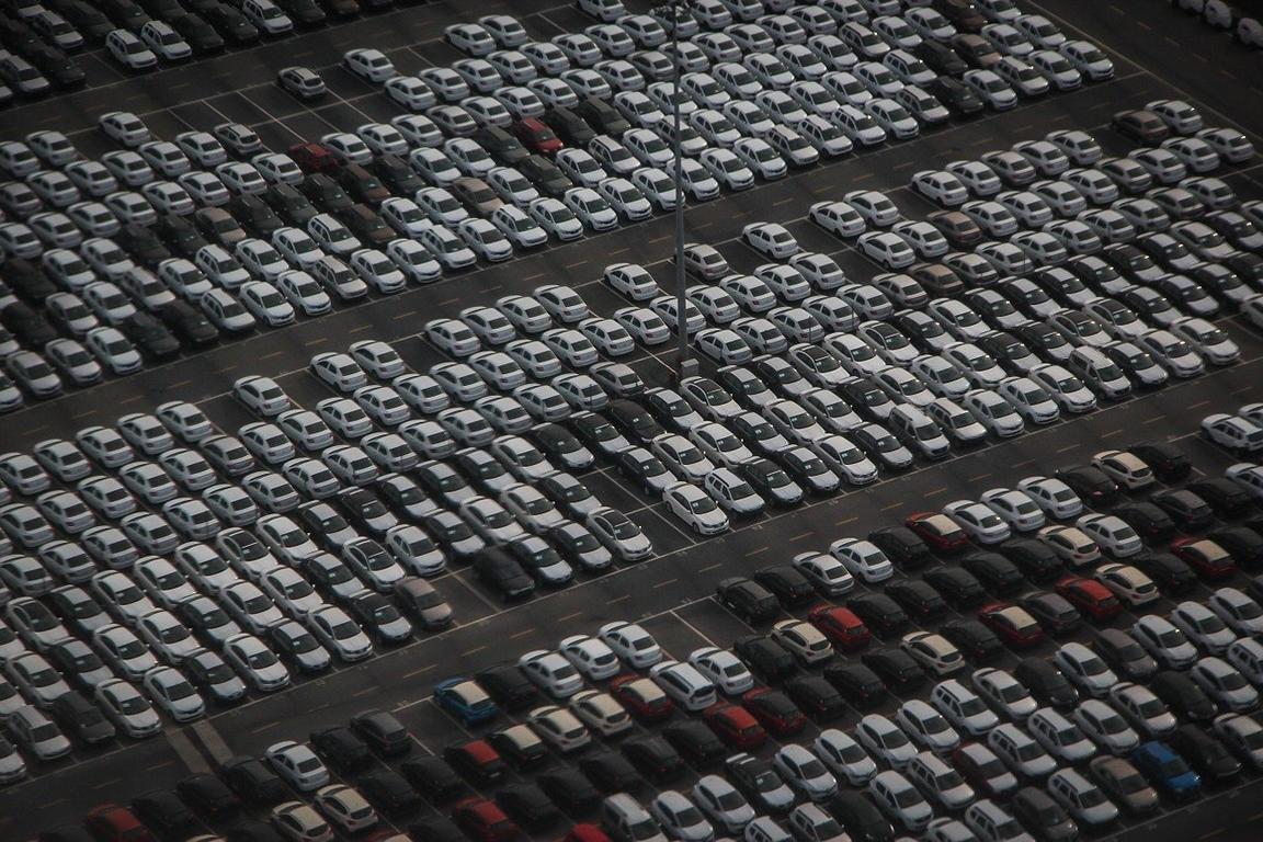 Luftbild auf den gutgefüllten Parkplatz einer Autofabrik.