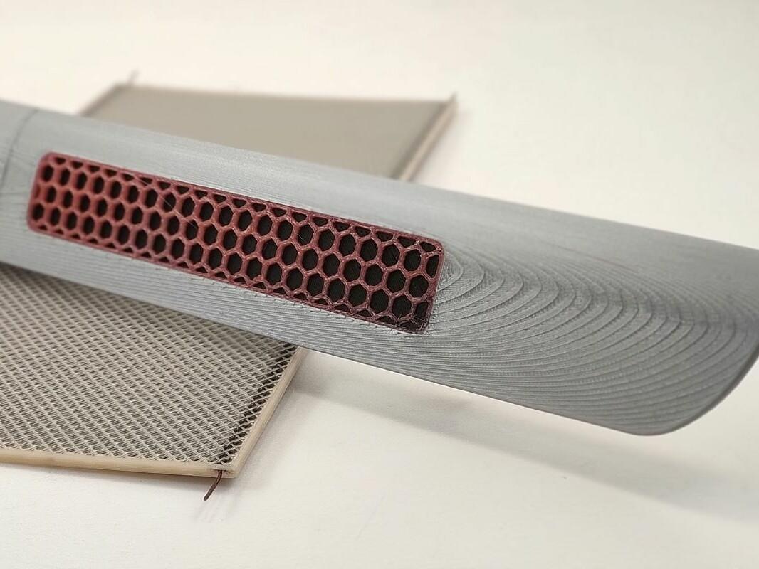 Funktionsmuster einer additiv gefertigten Infrarot-Heizstruktur sowie deren Weiterentwicklung als funktionsintegrierte Fahrzeugzierleiste.