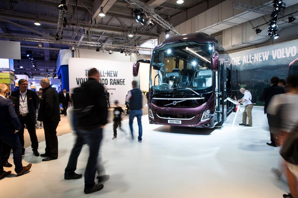 IAA Nutzfahrzeuge mit Messebesuchenden und einem Ausstellungsbus.