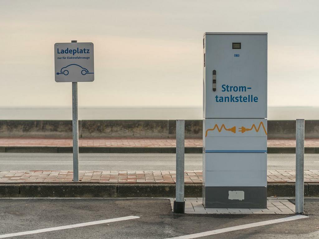 Ladestation für Elektroautos mit Ladeparkplatz.