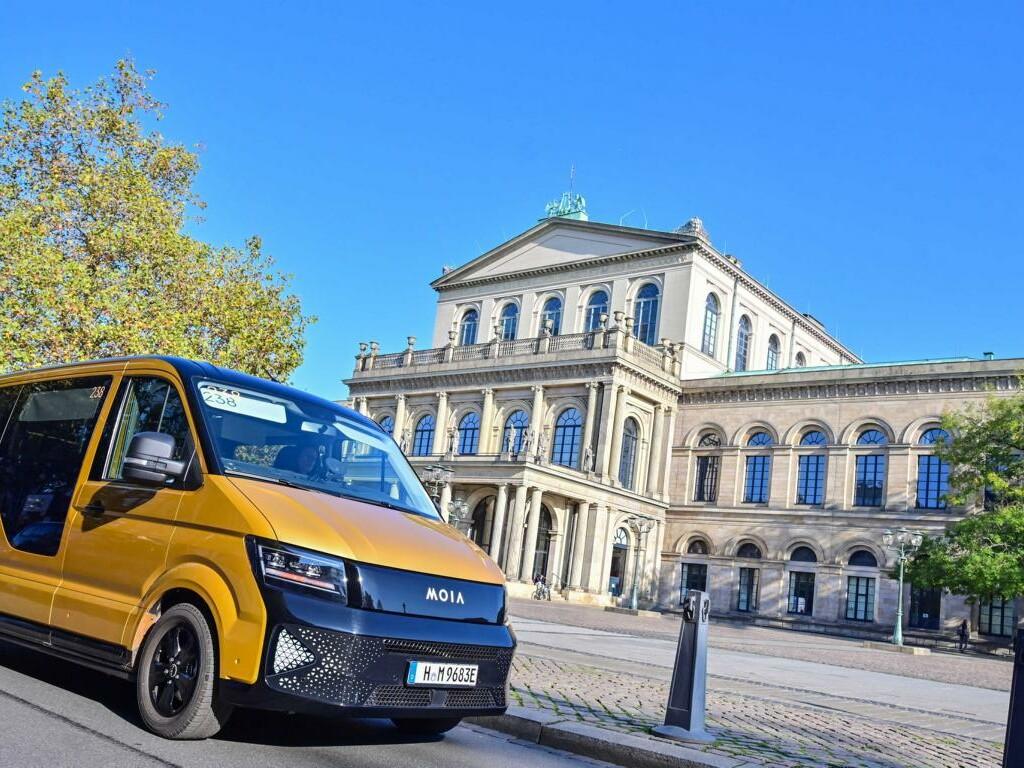 Ein MOIA-Fahrzeug vor dem Operngebäude in Hannover.