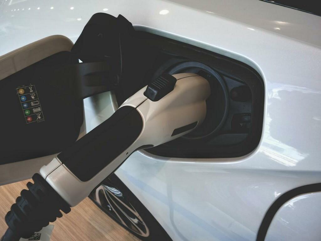 Nahaufnahme: Elektroauto wird aufgeladen.