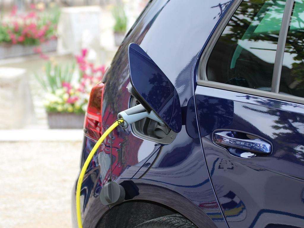 Auto wird auf privatem Grundstück elektrisch geladen.