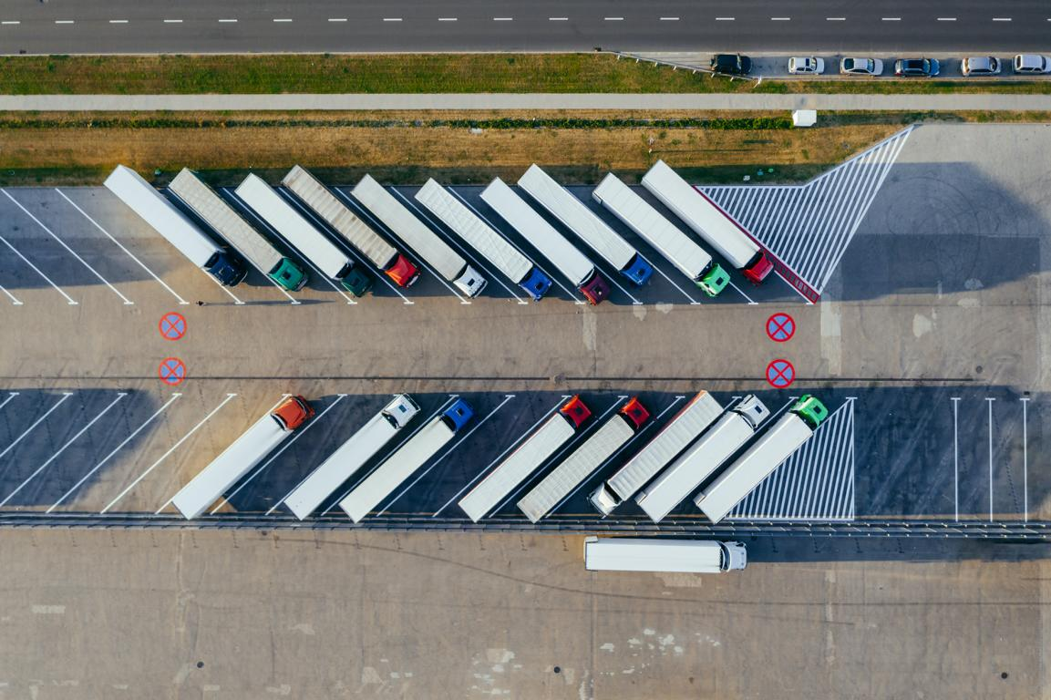 Parkende LKWs von oben fotografiert.