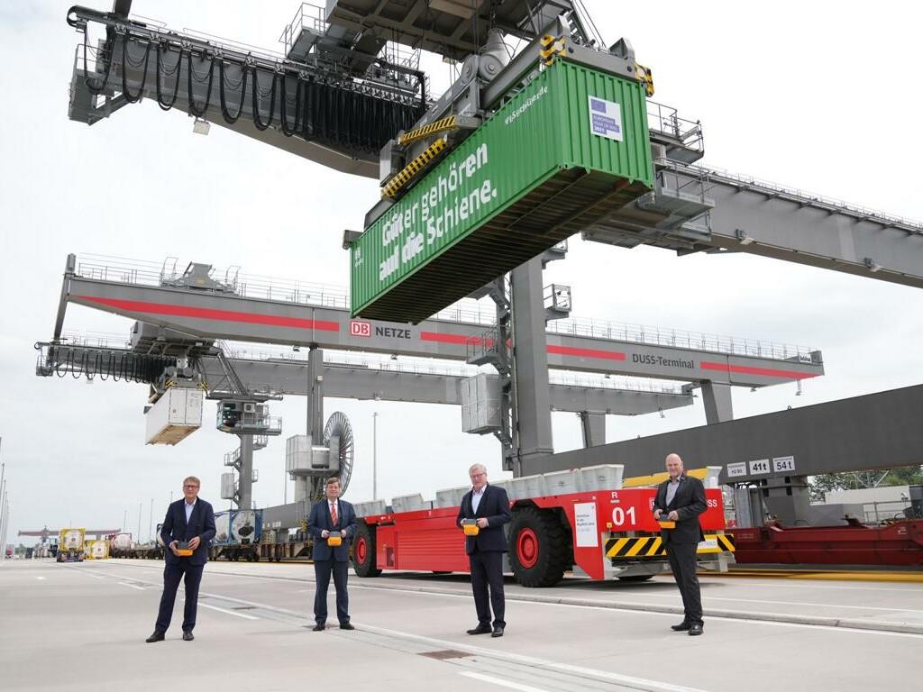 Ronald Pofalla, Enak Ferlemann, Dr. Bernd Alhusmann und Frank Prüße stehen bei der Eröffnung auf dem Gelände des MegaHub in Lehrte.