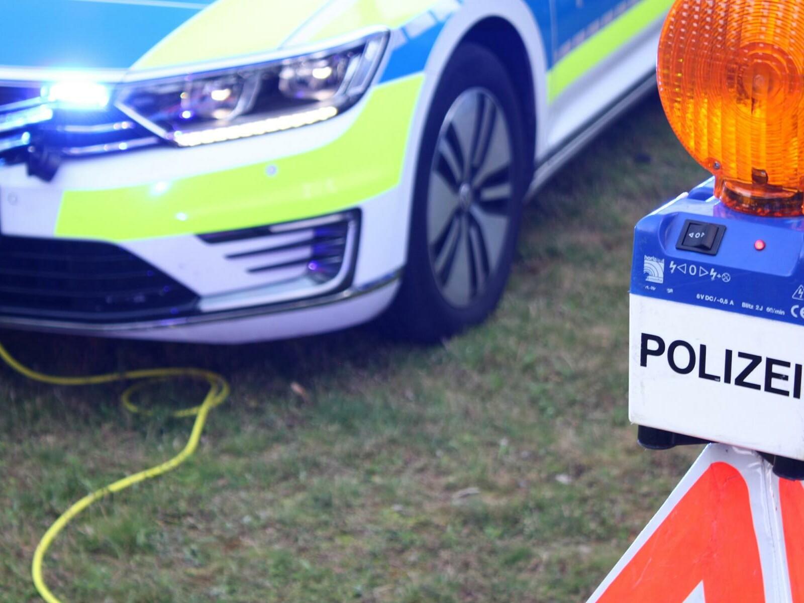 Elektrisches Polizei-Auto wird geladen