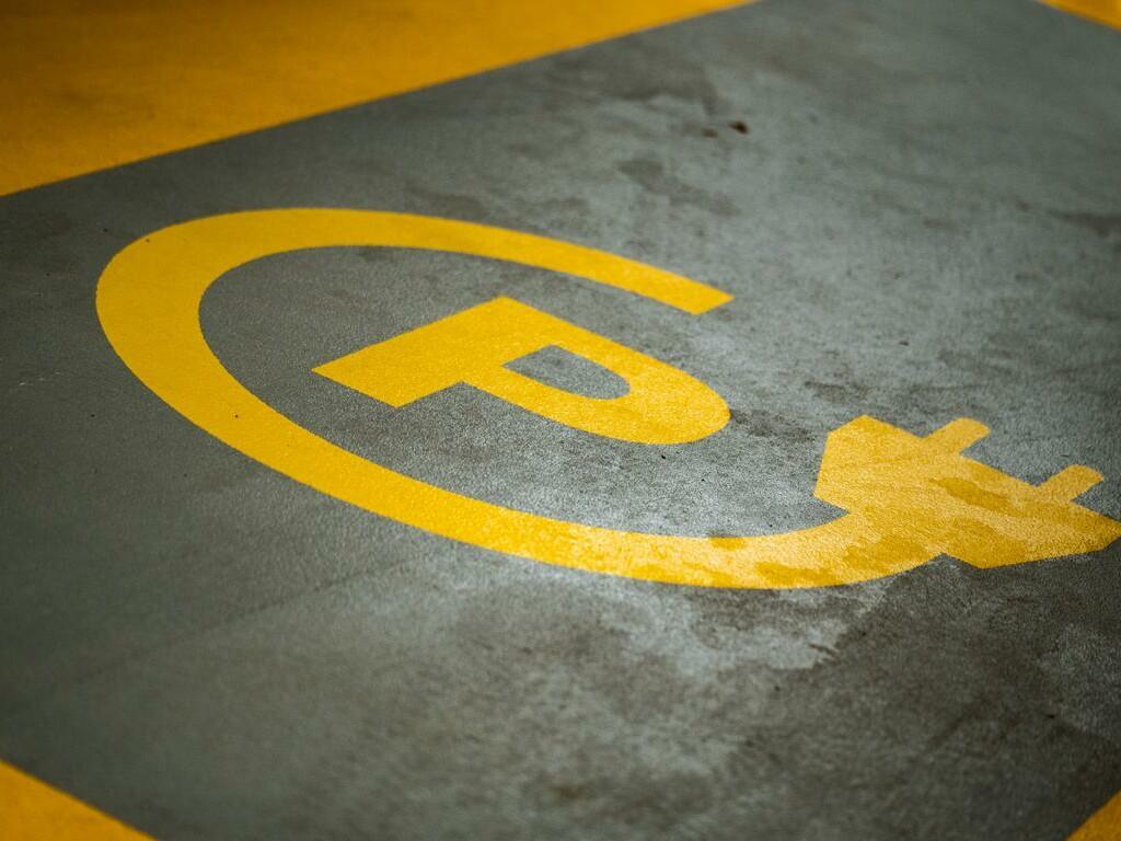 Parkplatzmarkierung für Elektroautos.
